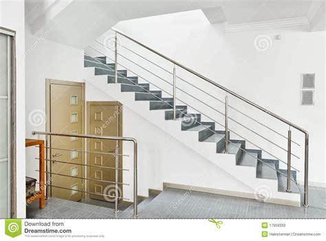 moderne avec l int 233 rieur d escalier en m 233 tal image stock image 17959333
