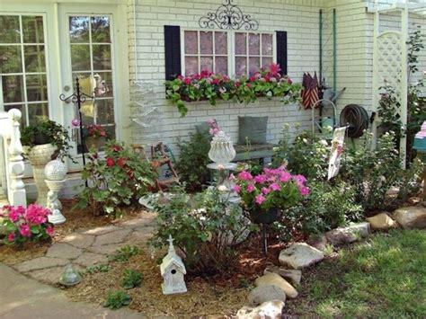 Im Garten Trendy Person Kniet Im Garten Und Hlt
