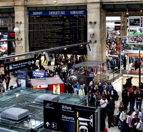 tiedosto standing in ticket queue at gare du nord jpg wikiuutiset
