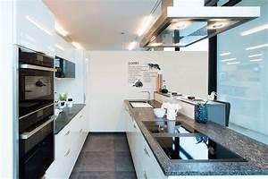 Höhe Arbeitsplatte Küche : beige hochglanz ausstellungsk che mit granit arbeitsplatte und neff ger ten im abverkauf ~ Markanthonyermac.com Haus und Dekorationen