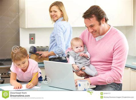 famille occup 233 ensemble dans la cuisine photographie stock libre de droits image 24161777