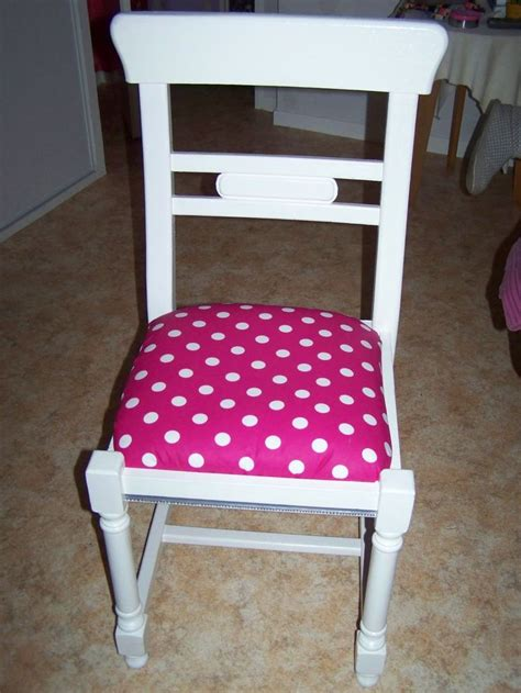 chaise en paille et bois repeinte en blanc avec assise recouverte de tissus 224 pois blanc