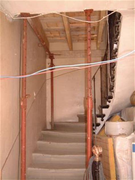 installation 233 chafaudage dans la cage d escalier r 233 novation d une maison
