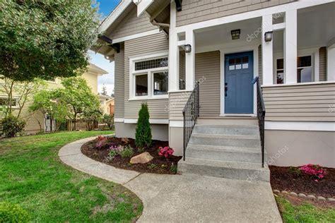 ext 233 rieur de la maison vue du porche d entr 233 e avec escalier photo 49902569