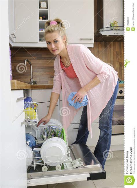 femme au foyer au lave vaisselle image stock image 17820501