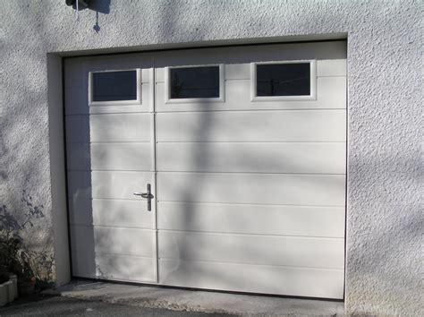 porte garage sectionnelle avec portillon et hublot