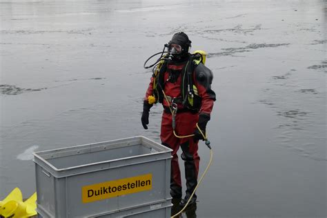 Woonboot Paterswoldsemeer by Groninger Brandweer Oefent In Ijsduiken Oog Radio En