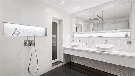 Schlichte Schönheit Und Extravaganz Im Weißen Badezimmer