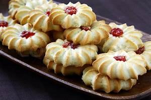 Kekse Mit Marmelade : sch nen pl tzchen mit marmelade auf einem braunen hintergrund stockfoto colourbox ~ Markanthonyermac.com Haus und Dekorationen