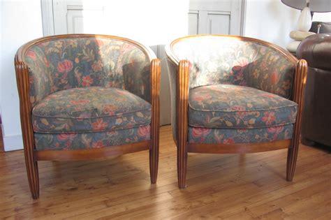des fleurs et des rayures une paire de fauteuils mais