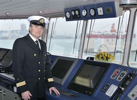 Boat Yacht Captain Jobs by What Does A Ship Captain Do How To Become A Ship Boat