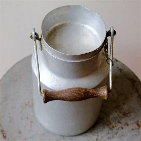 ancien pot 224 lait laiti 232 re en aluminium m 233 tal blanc avec anse en bois et couvercle