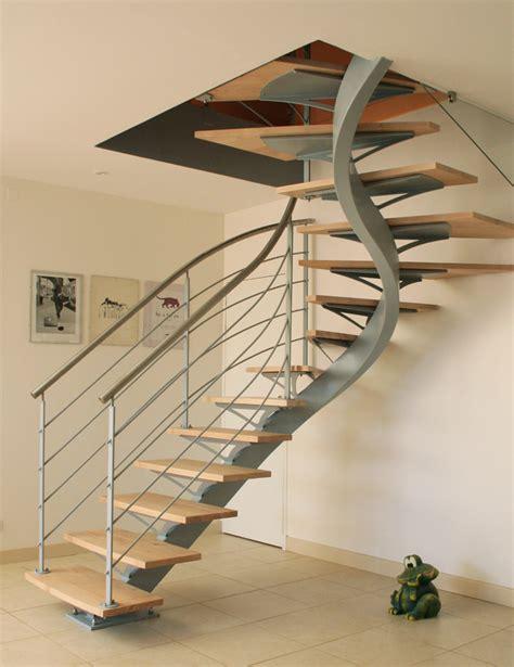 escalier limon central deux quart tournant finition laquee marches en hetre garde corps en verre