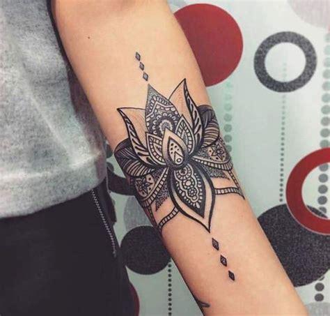 tatouage de femme tatouage fleur de lotus noir et gris sur bras lotus bras and tatoo