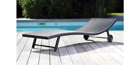 des meubles design autour de la piscine