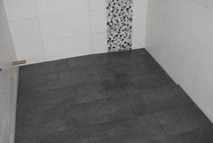 Fliesen Kleines Bad : 9 kleines bad mit verfliester duschrinne fliesen fieber ~ Markanthonyermac.com Haus und Dekorationen