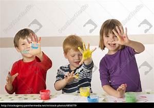 Kinder Bilder Malen : kinder malen mit fingerfarben stockfoto 6856779 bildagentur panthermedia ~ Markanthonyermac.com Haus und Dekorationen