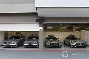 Auto In Der Garage : safety cars und medical cars in der garage bei singapur formel 1 fotos ~ Whattoseeinmadrid.com Haus und Dekorationen