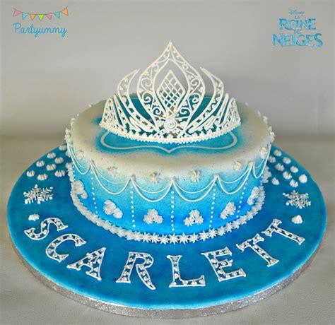 gateau reine des neiges glacage royal et couronne elsa