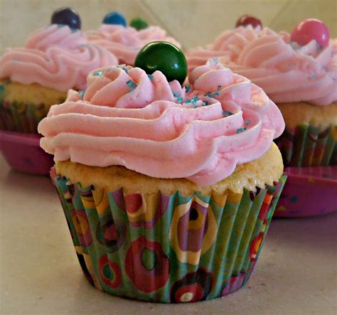 bubblicious bubblegum cupcakes with bubblegum buttercream