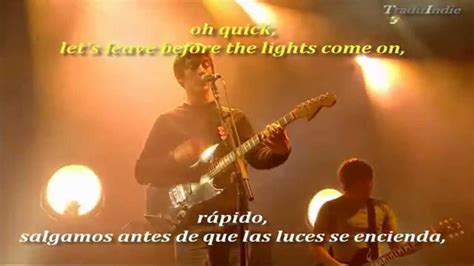 Arctic Monkeys Leave Before The Lights Come On (inglés Y