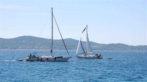Monohull Catamaran by Catamaran Vs Monohull Sailing What Are The Differences