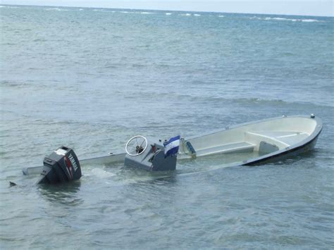 Pictures Of Sinking Boats by Que Tal On Roatan December Paparazzi