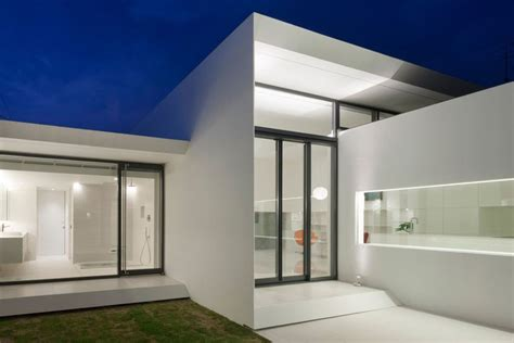Home Minimalist : This Boxy, Minimalist Home Was Built For A Japanese Art