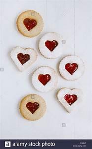 Kekse Mit Marmelade : linzer hausgemachte kekse mit herzform himbeer marmelade fenster auf wei em holz hintergrund ~ Markanthonyermac.com Haus und Dekorationen