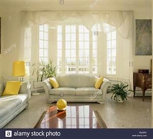 Wohnzimmer Boden Grau : terrazzo boden und grau sofas mit gelben kissen im traditionellen franz sischen wohnzimmer mit ~ Markanthonyermac.com Haus und Dekorationen