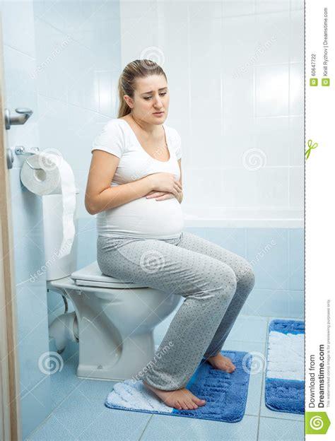 femme enceinte de malade witting sur la toilette photo stock image 60647722